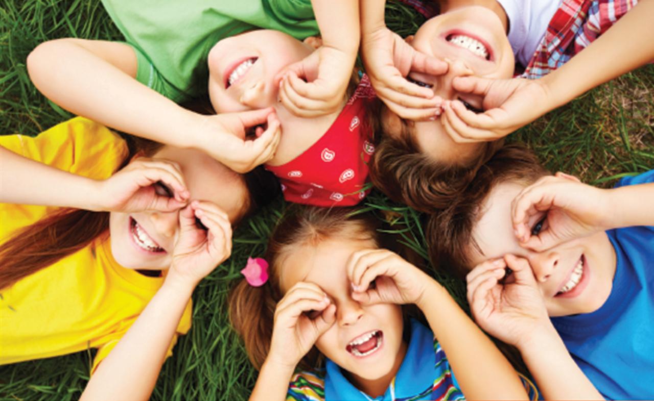 Kinderen met handen voor de ogen